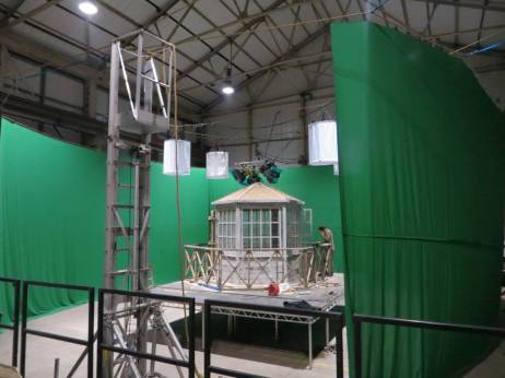 Rope supported greenscreen and lights